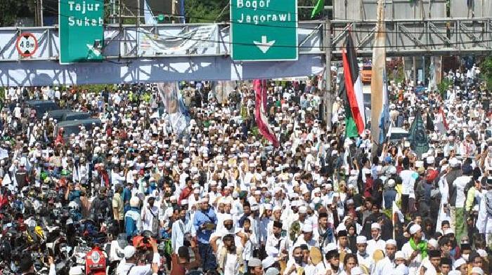 Kerumunan yang terjadi saat penyambutan Habib Rizieq Shibab di Megamendung, Bogor, Jawa Barat. (Foto: PMJ News/Dok Net)