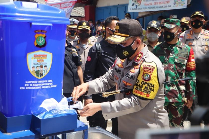 Kapolda Metro Jaya Irjen Pol Fadil Imran memberi contoh menekan Covid-19. (Foto : Dok PMJ).