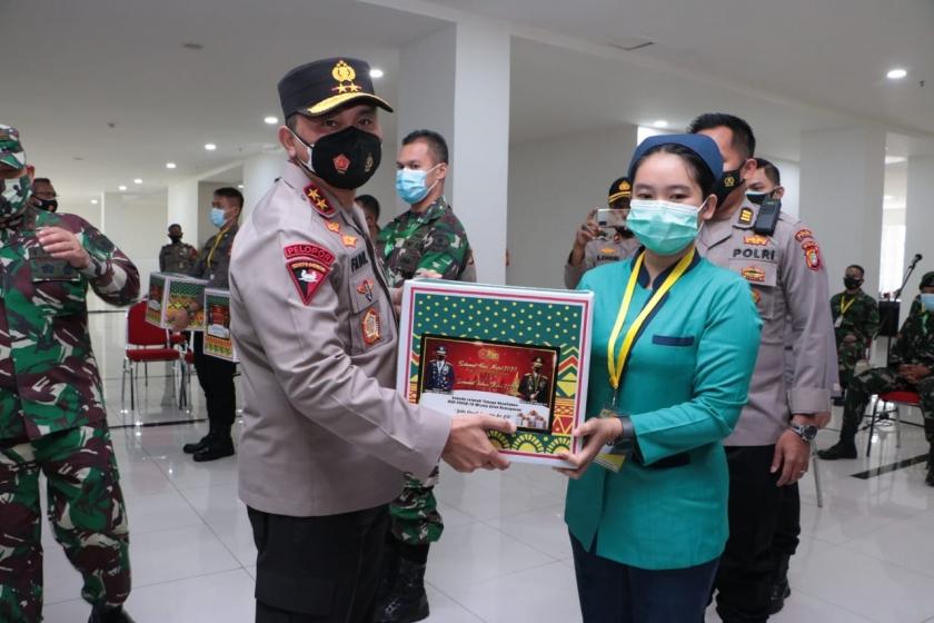 Kapolda Metro Jaya Irjen Pol Fadil Imran berikan bingkisan ke perawat. (Foto ; Dok PMJ).