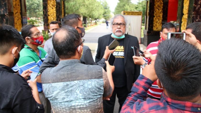 Arist Merdeka Sirait selaku Ketua Umum Komnas Perlindungan Anak memberikan keterangan pers. (Foto: PMJ News)