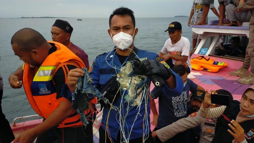 Petugas yang menemukan serpihan pesawat Sriwijaya Air di laut Kepulauan Seribu. (Foto: PMJ/ Dok Net).