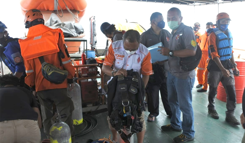 Tim penyelam tersebut berasal dari pengawasan Basarnas bersiap melakukan pencarian pesawat Sriwijaya JS 182 di bawah laut. (Foto: PMJ News/Fajar).