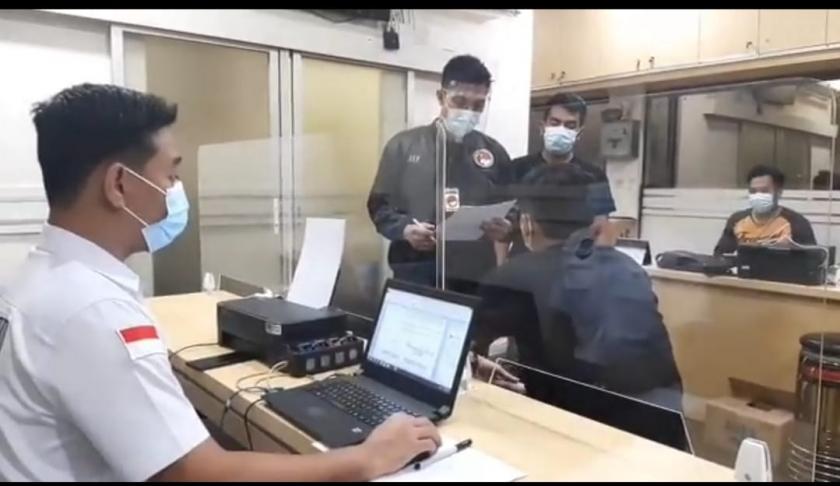 Penyidik Satuan Narkoba Polres Jakbar tengah memeriksa suami Nindy Ayunda Askara Parasady Harsono. (Foto: PMJ News)