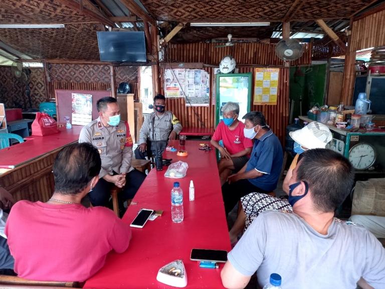 Jajaran Polsek Medan Satria mengedukasi masyarakat untuk mematuhi protokol kesehatan. (Foto: PMJ News)