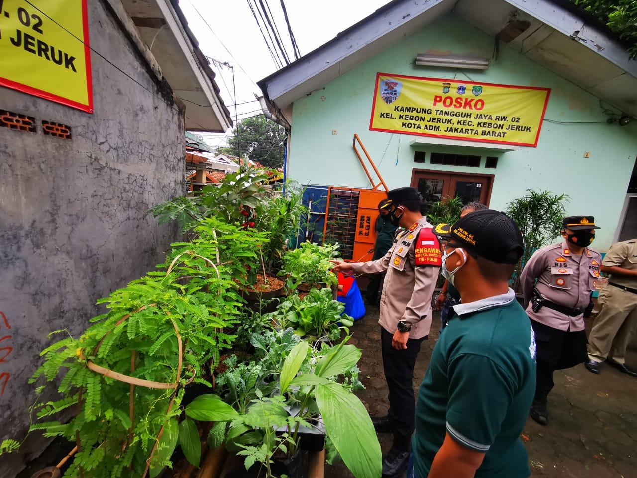 Wakapolres Metro Jakarta Barat AKBP Dr Bismo Teguh Prakoso bersama jajarannya meninjau langsung kegiatan di Kampung Tangguh Jaya di Kebon Jeruk. (Foto: PMJ News).
