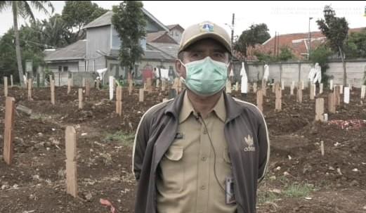 Salah satu petugas di TPU Srengseng Sawah. (Foto: Tangkapan layar di dalam video Instagram @dkijakarta)