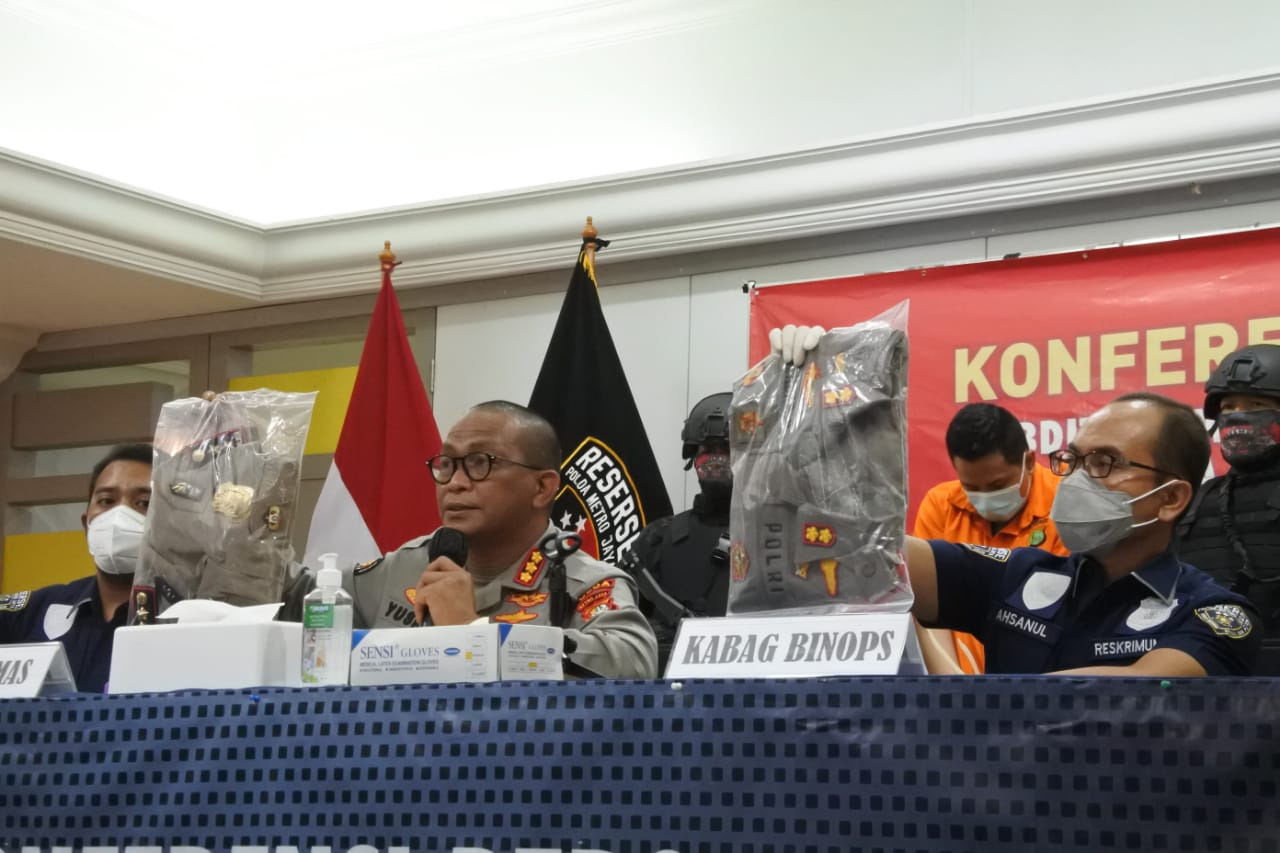 Barang bukti hasil kejahatan pelaku polisi gadungan yang diamankan. (Foto: PMJ News/ Fajar)