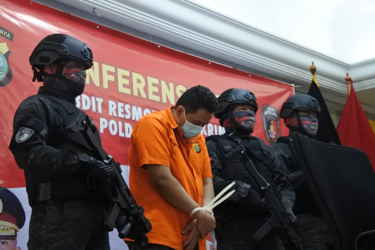 Pelaku penipuan yang mengaku sebagai polisi gadungan diamankan. (Foto: PMJ News/ Fajar)