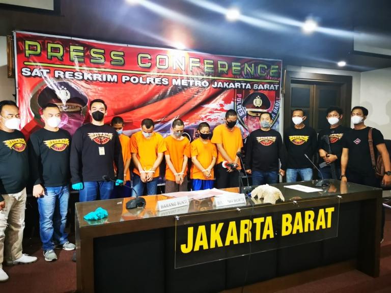 Para pelaku geng motor (pakai baju oranye) yang diamankan polisi. (Foto: PMJ News)