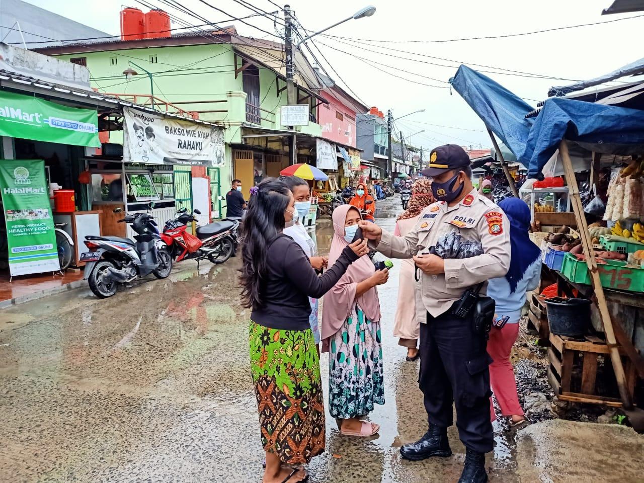 Tegakkan prokes,  anggota dari Polsek Medan Satria bagikan 1500 masker ke warga. (Foto: PMJ News).