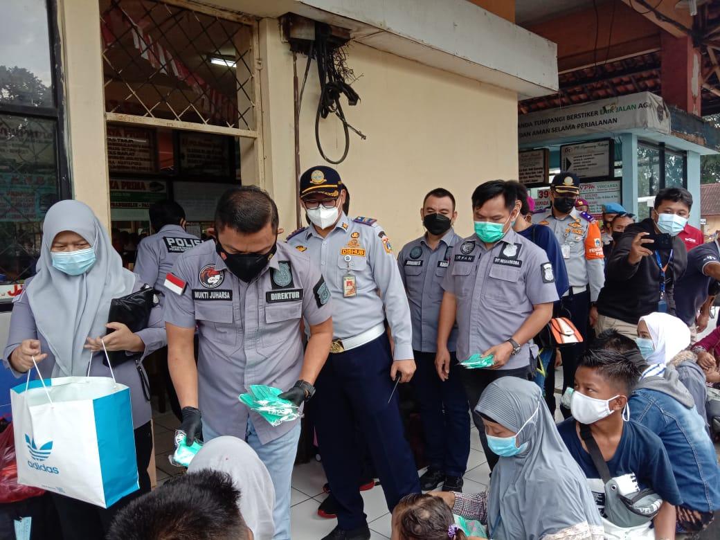 Direktur Reserse Narkoba Polda Metro Jaya Kombes Pol Mukti Juharsa bagikan masker. (Foto : PMJ/Fjr).