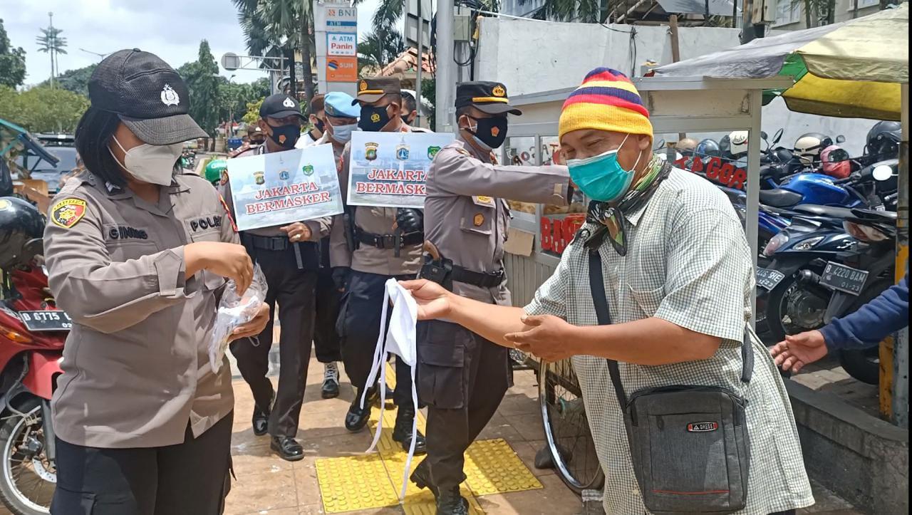 Anggota Polsek Tanjung Duren bersama TNI serta Polwan Edukasi Prokes dan Bagikan masker. (Foto: PMJ News).