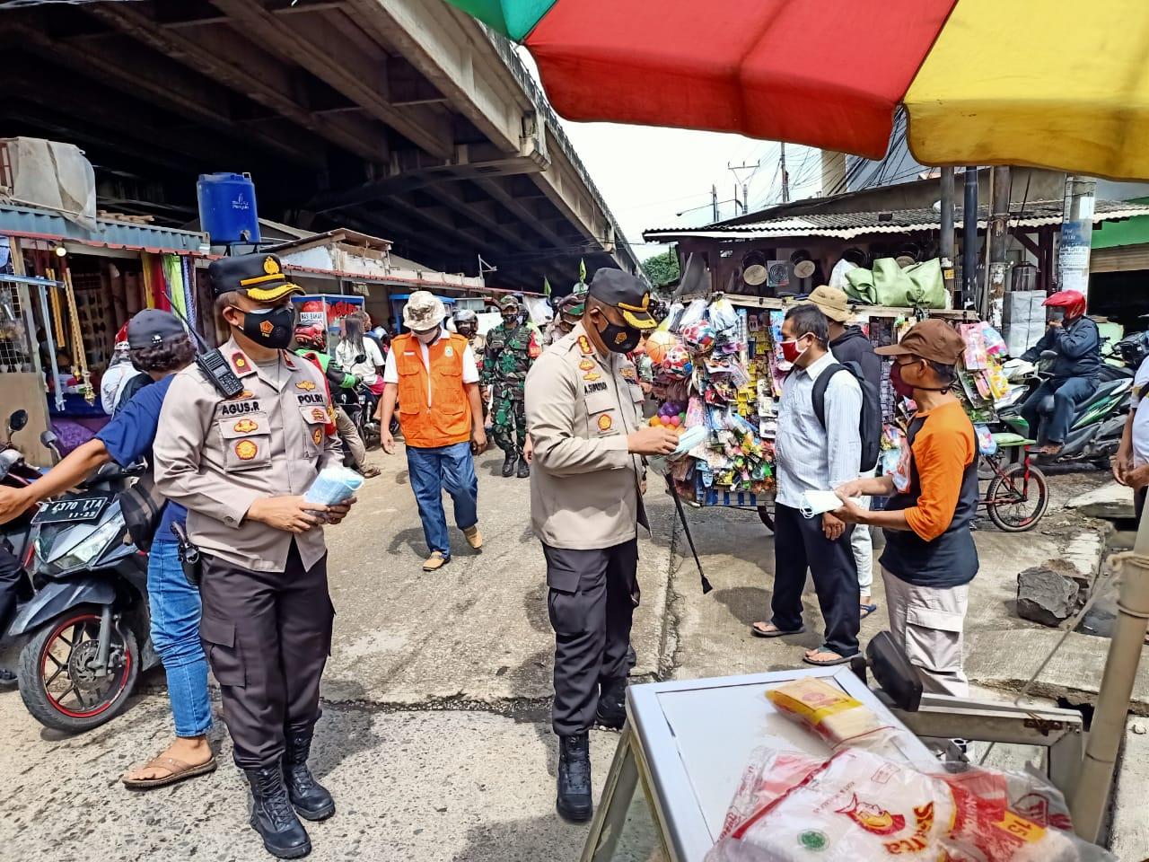 Polisi bagikan masker sekaligus berikan imbauan prokes 4 M kepada pedagang. (Foto: PMJ News).