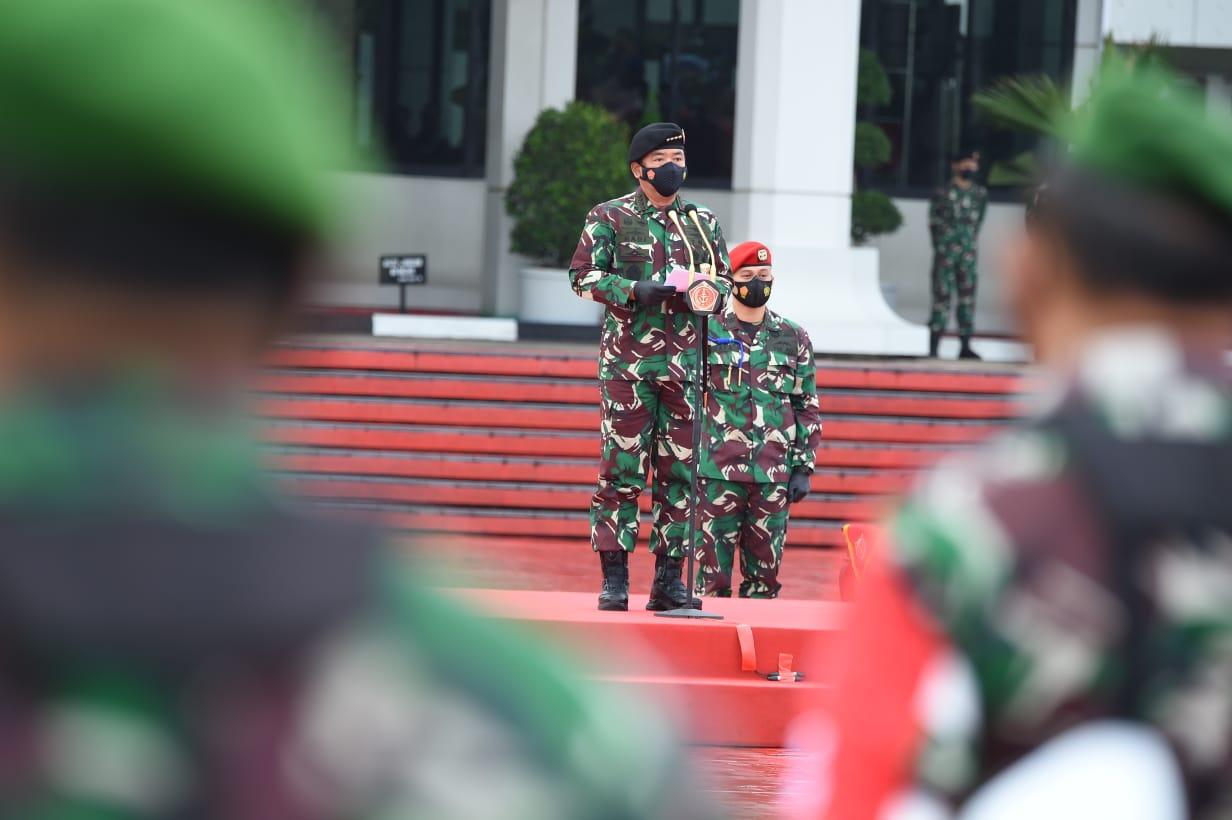 Panglima TNI Marsekal TNI Hadi Tjahjanto, memimpin apel gelar kesiapan tenaga vaksinator dan tracer Covid-19 di Plaza Mabes TNI, Cilangkap, Jakarta Timur. (Foto: PMJ News).