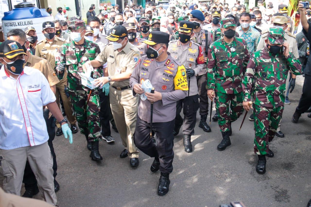 Kapolda Metro Jaya Irjen Pol Fadil Imran dan jajarannya meninjau langsung aktivitas Kampung Tangguh Jaya di Sunter Agung, Tanjung Priok, Jakarta Utara. (Foto: PMJ News).