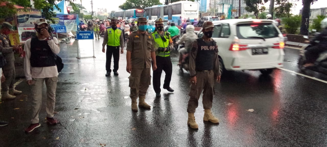 Operasi Yustisi mengecek masyarakat taat prokes. (Foto ; Dok PMJ).