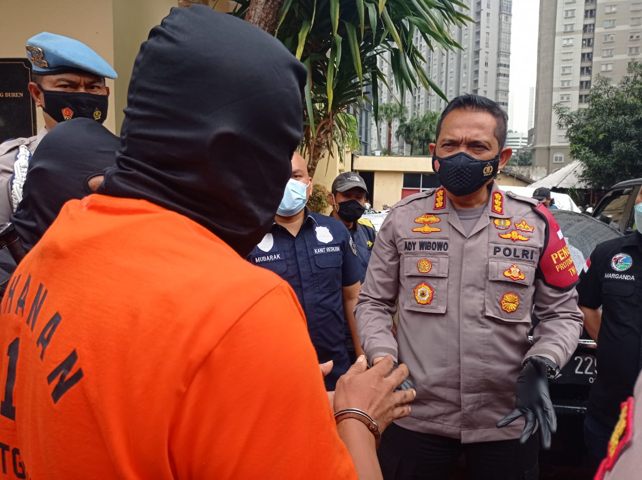 Kapolres Jakbar tengah mewawancarai bandar narkoba. (Foto: PMJ News).