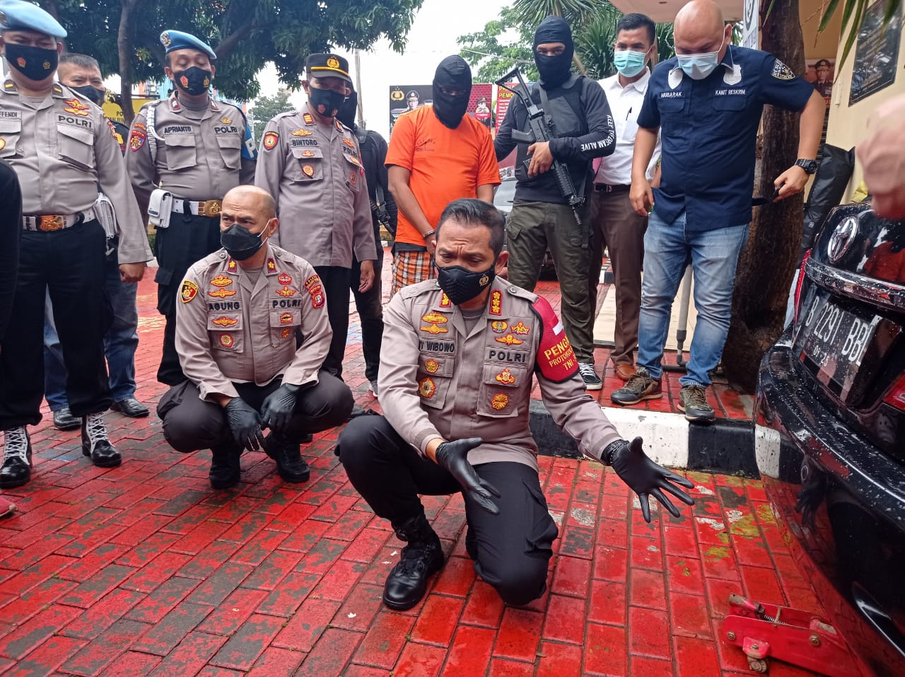 Kapolres Jakbar sedang menjelaskan pelaku yang menyimpan narkoba sabu dalam tangki bbm mobil. (Foto: PMj Nedws)