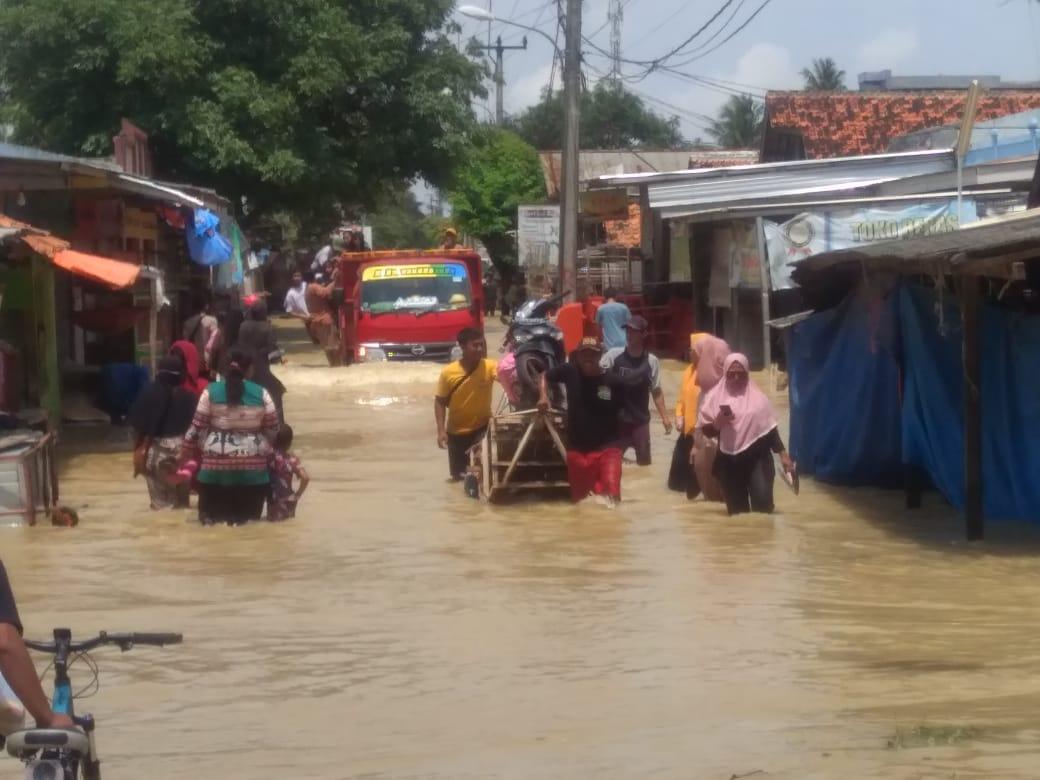 Ojek gerobak sangat dibutuhkan masyarakat sata banjir. (Foto ; PMJ/Yen).
