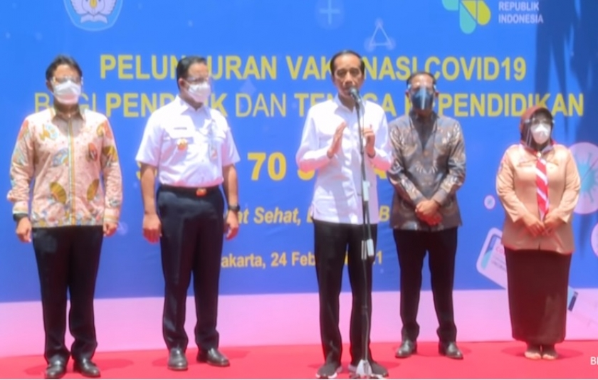 Presiden Jokowi saat meninjau vaksinasi Covid-19 bagi tenaga pendidik di SMAN 70 Jakarta. (Foto: PMJ News/YouTube Setpres).
