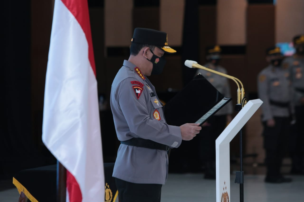 Kapolri Jenderal Listyo Sigit memimpin upacara dan pembacaan sumpah jabatan. (Foto : PMJ/Muslim).