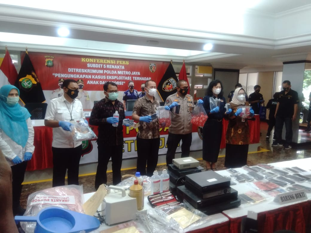 Barang bukti ditunjukkan Polda Metro Jaya. (Foto : PMJ/Yen).