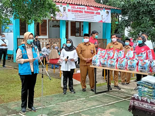 Wali Kota Tangerang Selatan Airin Rachmi Diany di Kampung Tangguh Jaya. (Foto: Dok Net)