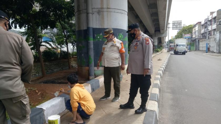 Sanksi pelanggaran prokes di wilayah Tambora, Jakarta Barat. (Foto: PMJ News).