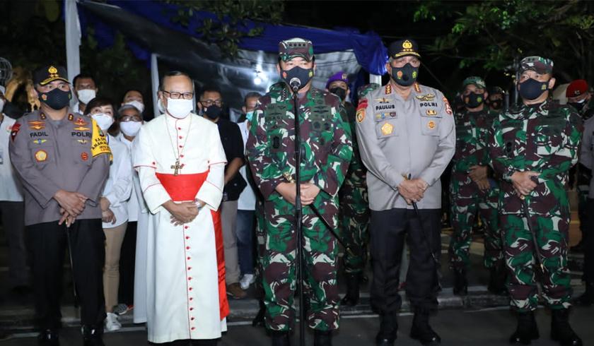Panglima TNI saat meninjau pengamanan Gereja Katedral Jakarta. (Foto: PMJ News).