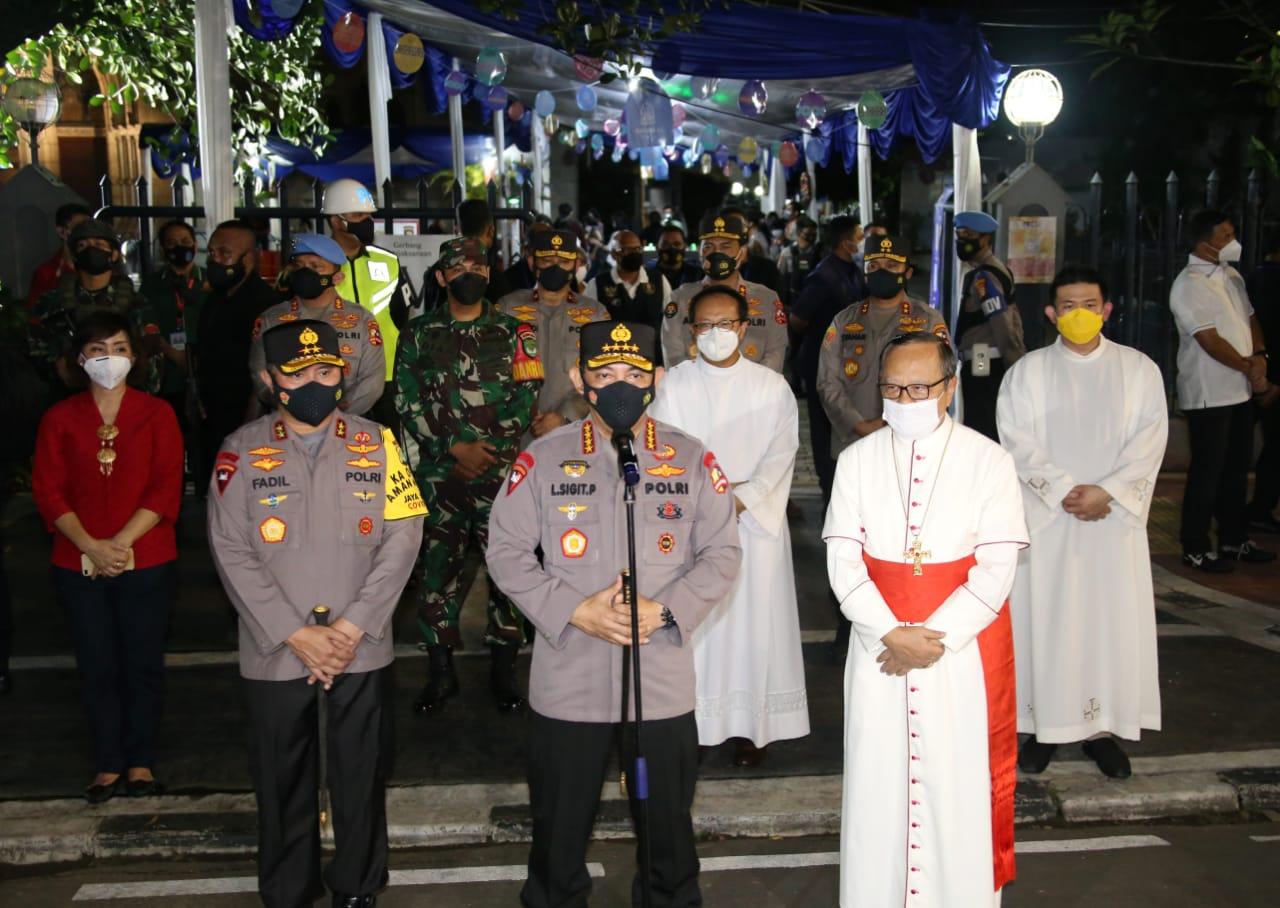 Kapolri bersama Kapolda Metro meninjau langsung pengamanan ibadah Misa Paskahdi Gereja. (Foto: PMJ News).