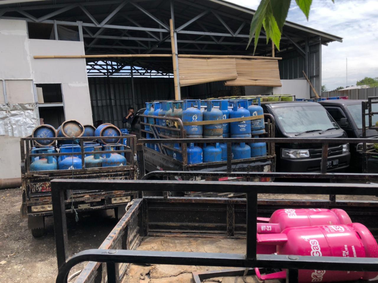 Barang bukti gas subsidi yang disalahgunakan pelaku diamankan polisi. (Foto: Nia/ TV Polri).