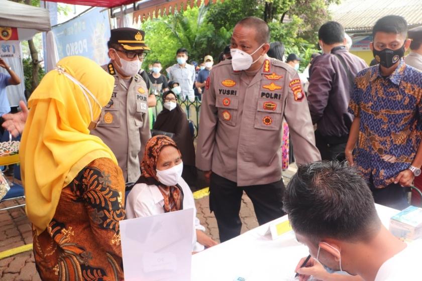 Kabid Humas Polda Metro Jaya Kombes Pol Yusri Yunus menemani Kapolda Metro meninjau posko Vaksinasi Massal dan Kampung Tangguh Jaya. (Foto: PMJ News)