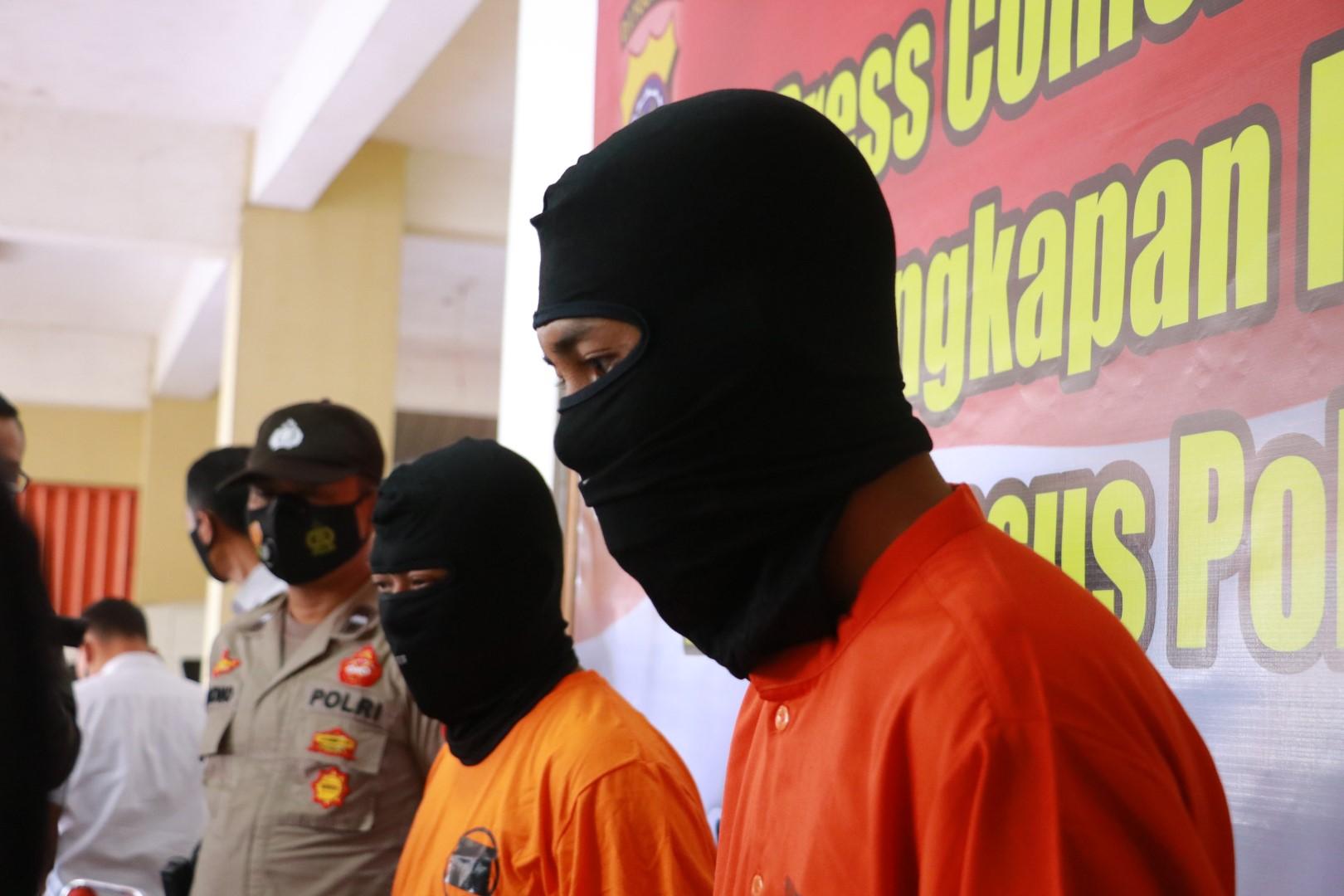 Kedua pelaku yang ditangkap polisi. (Foto: PMJ News)