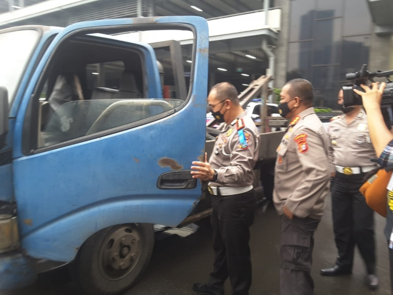 Ditlantas Polda Metro Jaya mengamankan mobil derek liar. (Foto: PMJ News).