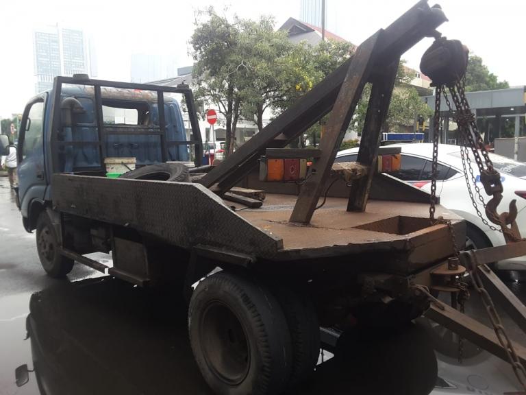 Satu mobil derek diamankan polisi sebagai barang bukti kejahatan. (Foto: PMJ News)
