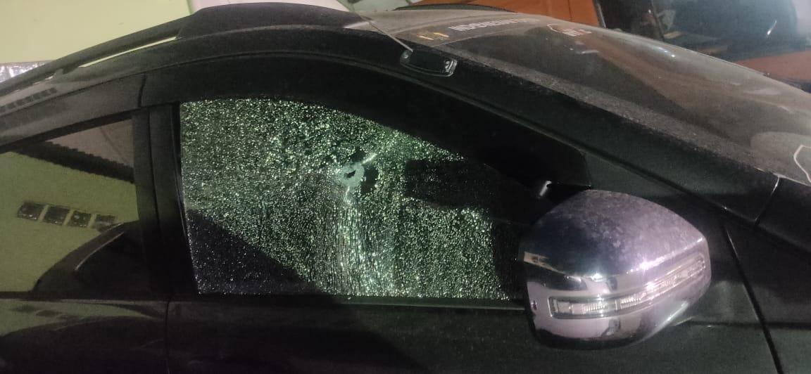 Peluru yang memecahkan kaca mobil korban. (Foto: PMJ News).