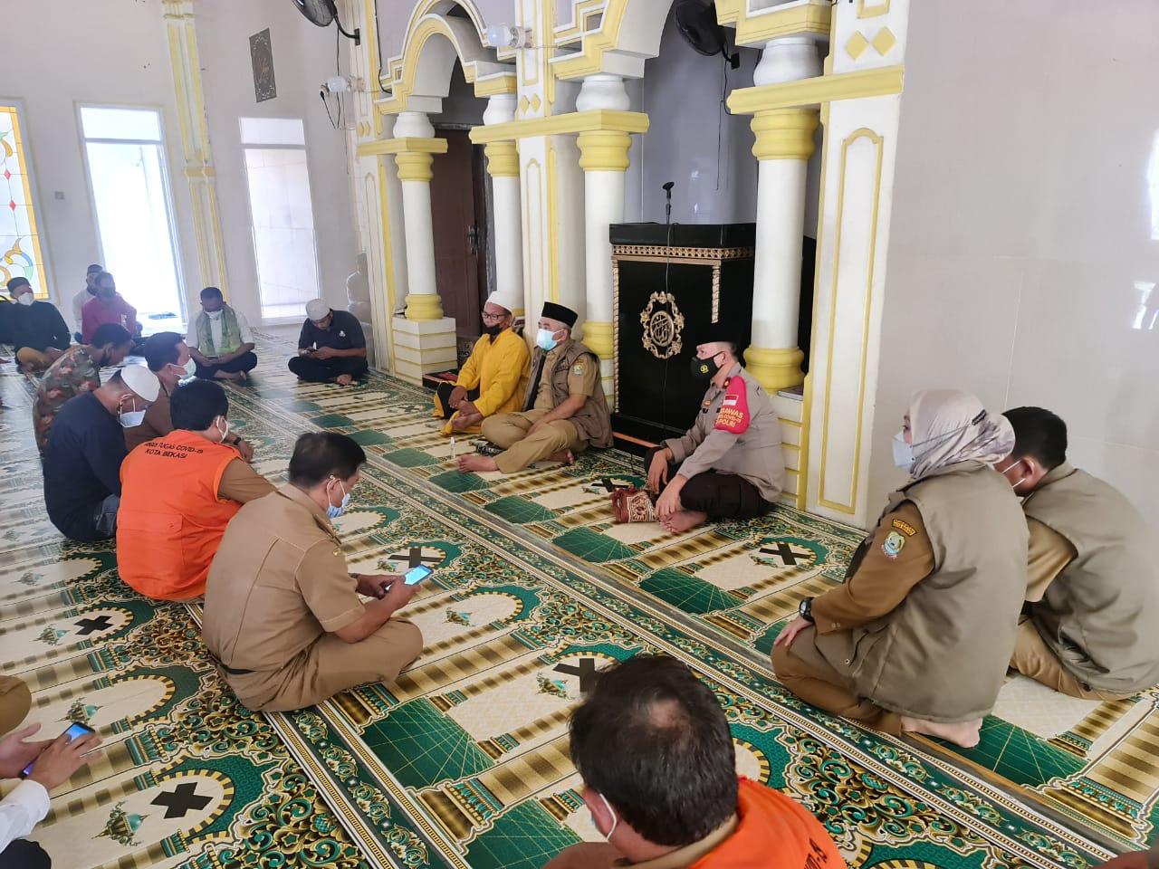 Kapolsek Medan Satria Kompol Agus Rohmat beserta jajarannya meninjau langsung Masjid Al Amanah. (Foto: PMJ News).