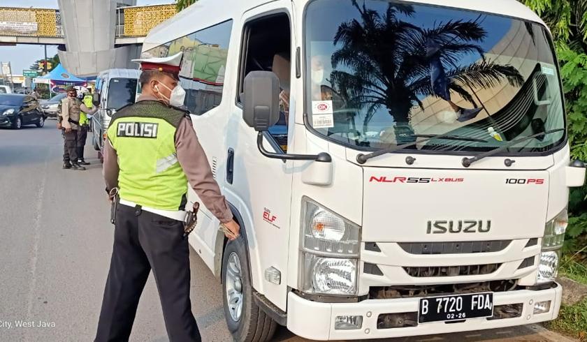 Polisi melakukan penyekatan secara ketat untuk menghadang pemudik. (Foto: PMJ News).