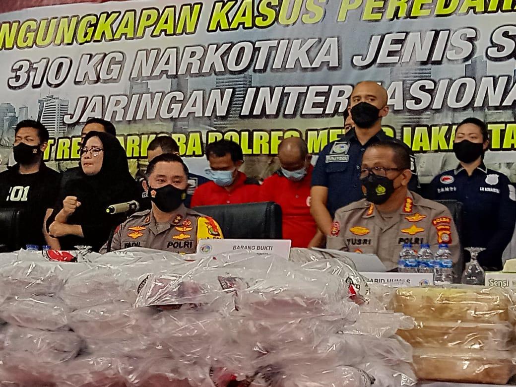 Keterangan Kapolda Metro Jaya Irjen Pol Fadil Imran dan jajarannya soal pengungkapan kasus narkoba sabu jaringan Timur Tengah. (Foto: PMJ News/ Yenni).