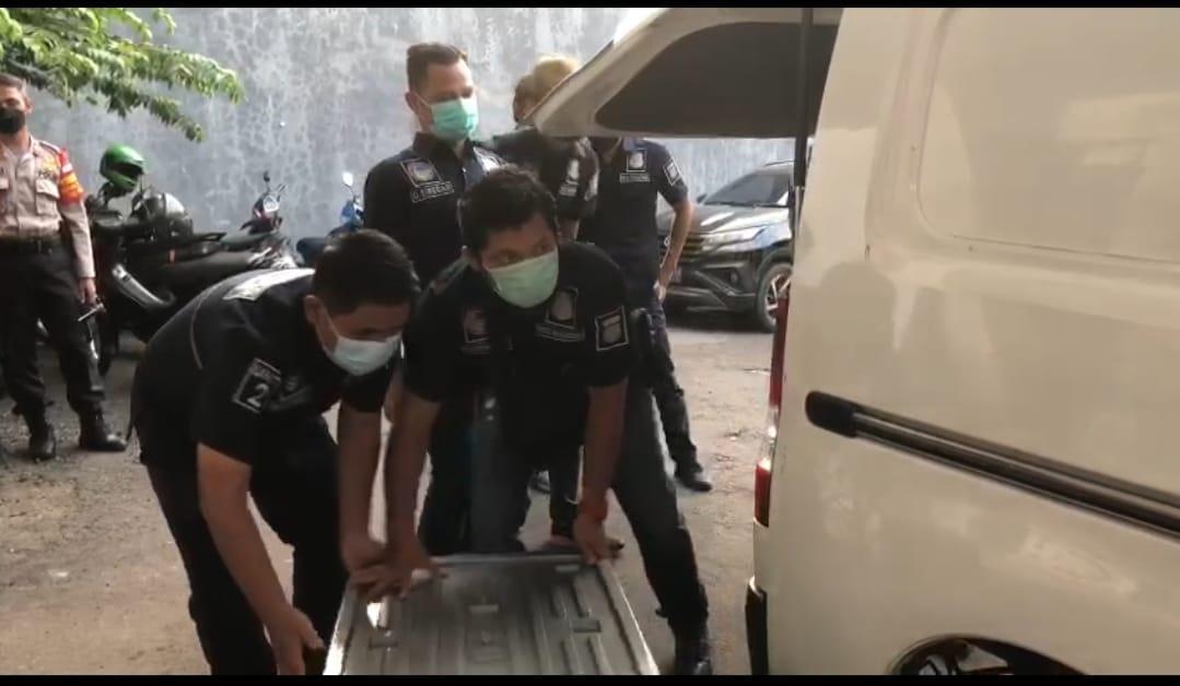 Barang bukti sabu yang disembunyikan dalam mobil dan Tupperware. (Foto: PMJ News).