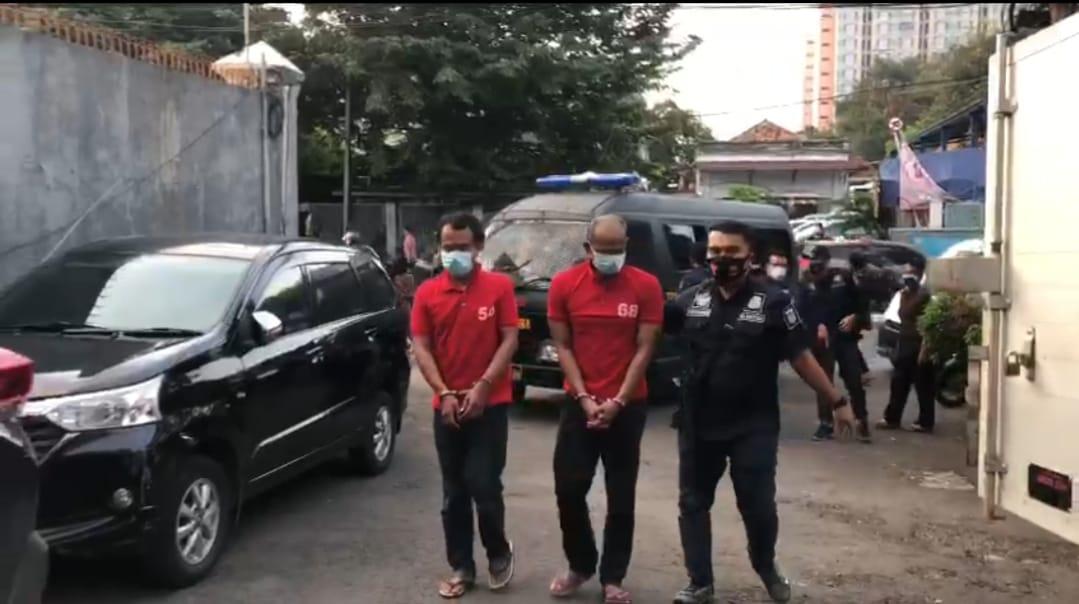 Dua pelaku pengedar sabu diamankan polisi. (Foto: PMJ News).