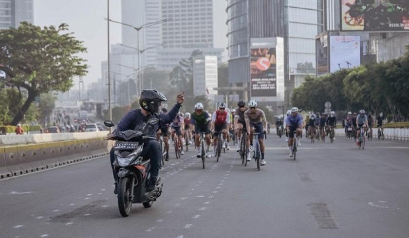 Aksi Pemotor yang mengacungkan jari tengah ke para pesepeda. (Foto: PMJ News/Twitter).