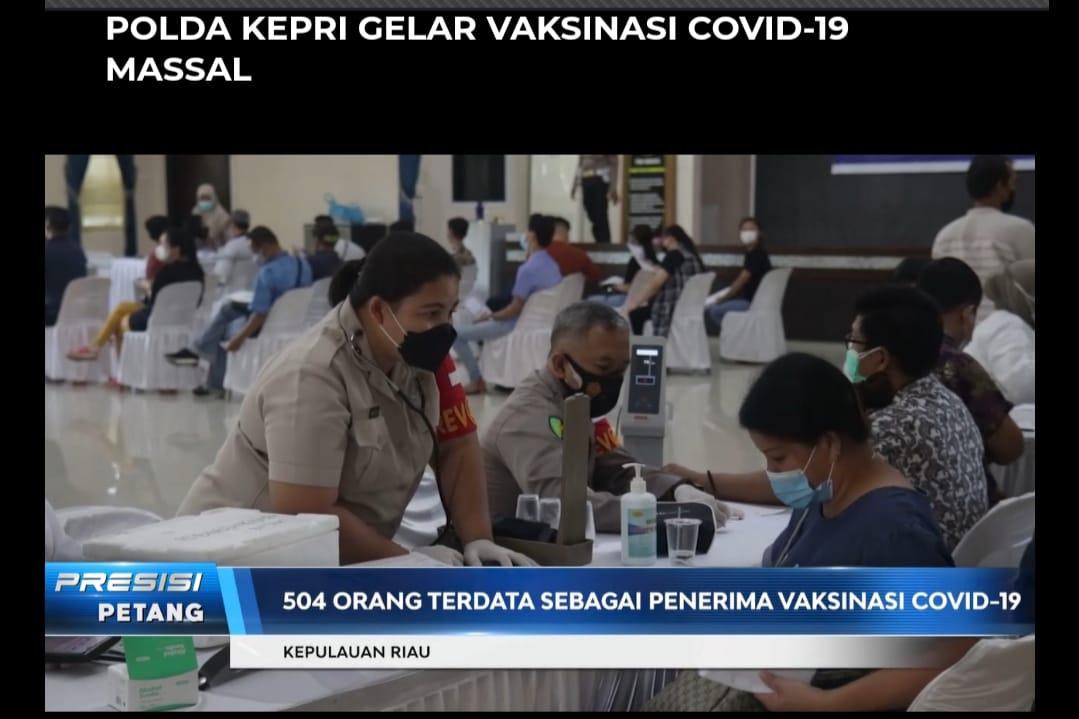 Ratusan masyarakat, di Provinsi Kepulauan Riau, menjalani vaksin Covid-19 secara massal. (Foto: Screeshoot program berita Presisi Sore TV Radio Polri).