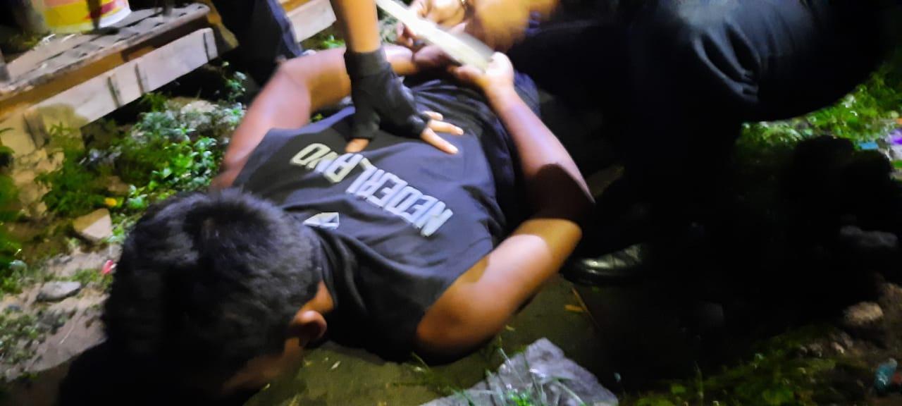 Polisi meringkus pelaku yang tega bakar tetangganya di tempat persembunyiannya. (Foto: PMJ News).