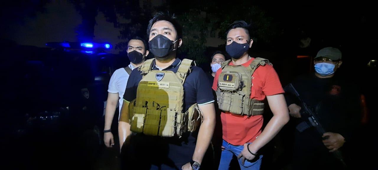 Jajaran Polres Jakbar yang menangkap pelaku. (Foto: PMJ News)