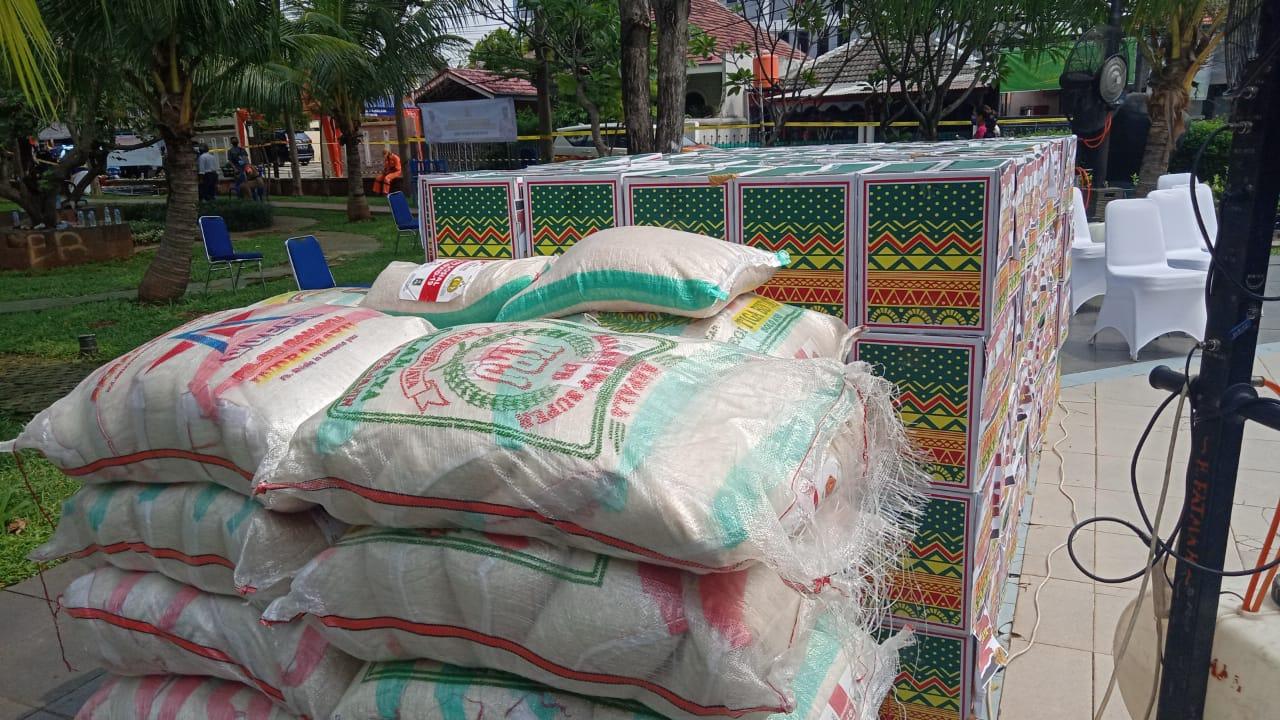 Bantuan dari Kapolda Metro ke lokasi zona merah di Jaktim. (Foto : PMJ/Yenni).