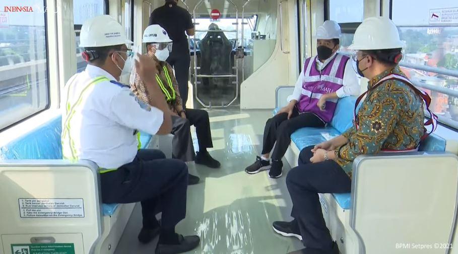 Jokowi di dalam LRT. (Foto : PMJ/YouTube Setpres).