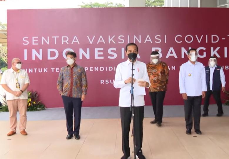 Presiden Jokowi meninjau pelaksanaan vaksinasi Covid-19 di Rumah Sakit Universitas Indonesia, Kota Depok. (Foto: PMJ News/YouTube Setpres).