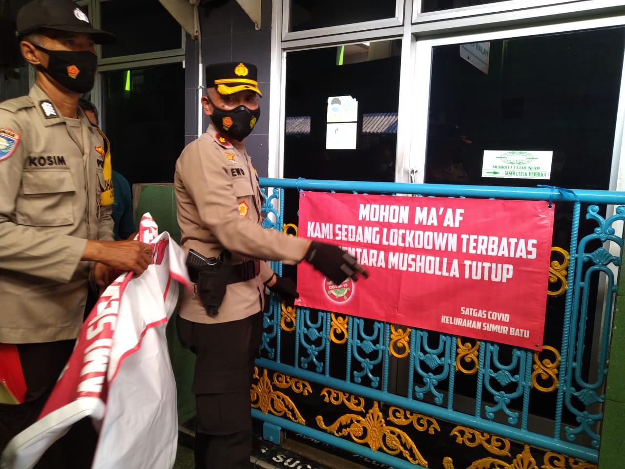 Jajaran Polres Jakarta Pusat membantu warga di tiga RT di Kelurahan Sumur Batu, Kemayoran, Jakarta Pusat yang menerapkan mikro lockdown. (Foto: PMJ News/ Yeni).