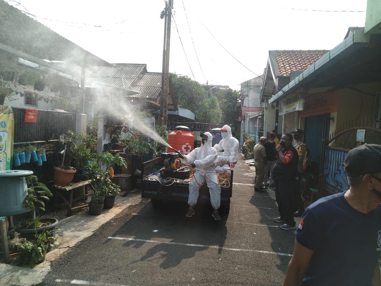 Jajaran Polres Jakarta Pusat menyemprotkan disinfektan kawasan tiga RT di Kelurahan Sumur Batu, Kemayoran, Jakarta Pusat yang menerapkan mikro lockdown. (Foto: PMJ News/ Yeni).
